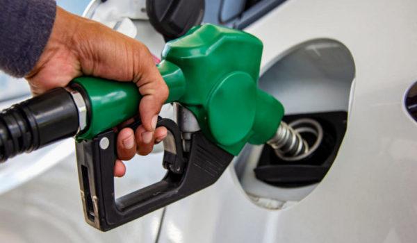 Sube el precio del petróleo y el gobierno analiza nuevo aumento en los combustibles